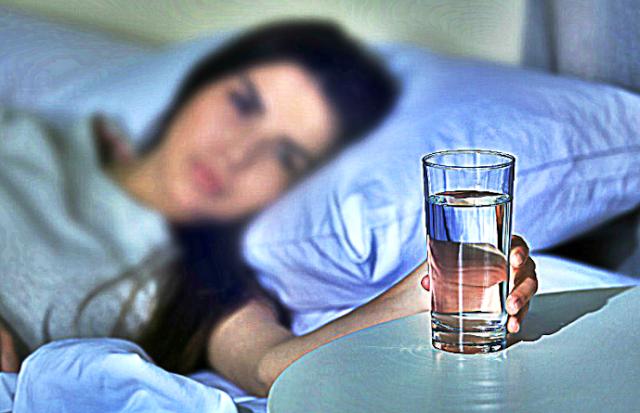 Nikada ne ostavljajte čašu vode pokraj kreveta preko noći! Evo zašto