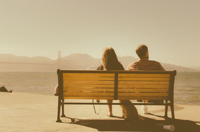 10 Stvari koje PAMETNI ljudi NIKADA ne govore u JAVNOSTI